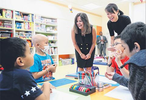 彭斯夫人倡导艺术治疗–竹脚医院与病童互动