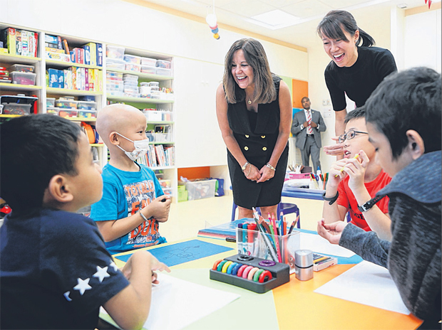 美国副总统夫人卡伦·彭斯(左三)在艺术治疗师洪玉萍的陪同下,与癌症病患和家人交流互动。(林泽锐摄)